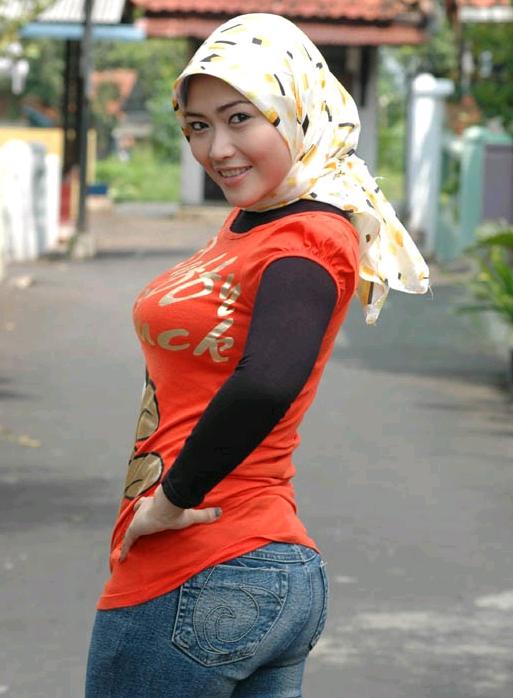 Biarpun wanita memakai jilbab namun memakai pakaian yang ketat ...